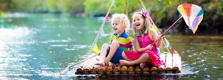 Kinderen op een vlot