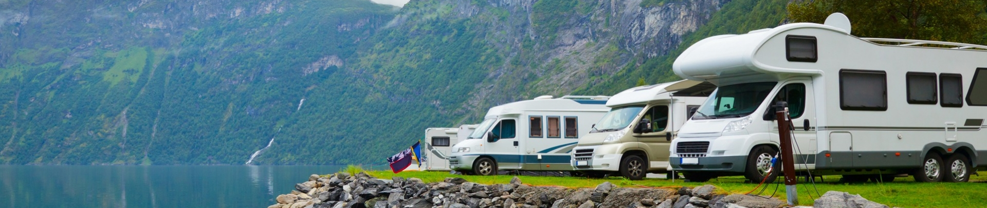 Vakantie camper aan het water