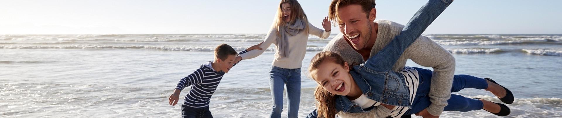 Gezin maakt lol aan het strand