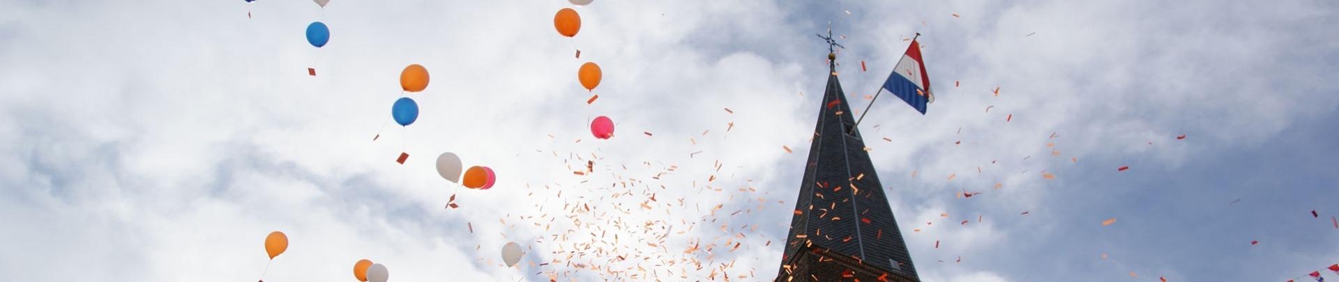 Kerktoren met ballonnen